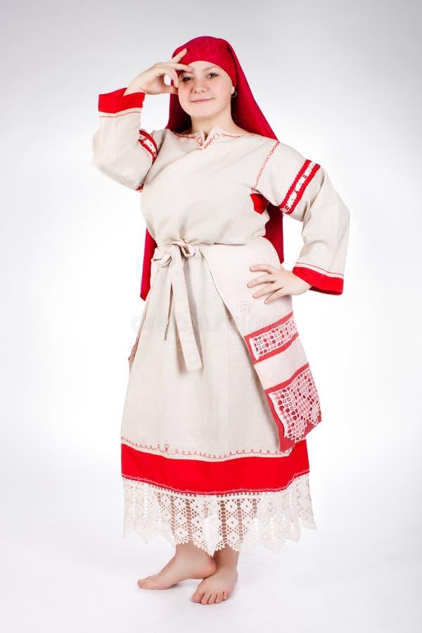 Het Russische grappige vrouw stellen in nationale kleren royalty-vrije stock afbeelding