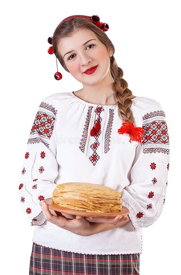 Het Russische meisje met omfloerst in volkskostuum stock fotografie