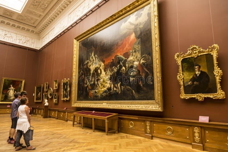 Het Russische Museum van de Staat Toeristen in de zaal van de beroemde Russische kunstenaar Karl Briullov Heilige Petersburg stock foto's