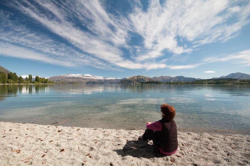Het rusten bij Meer Wakatipu royalty-vrije stock foto