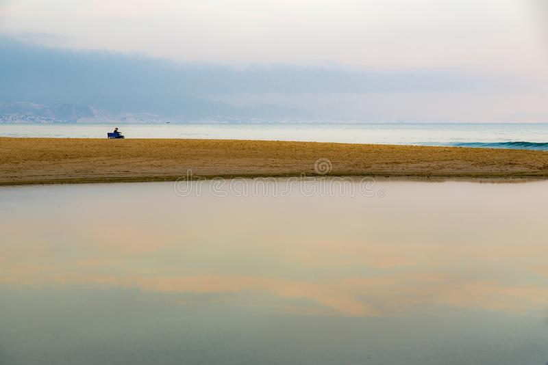 Het rusten deservedly door het overzees na met lange levensuur van het werk royalty-vrije stock foto