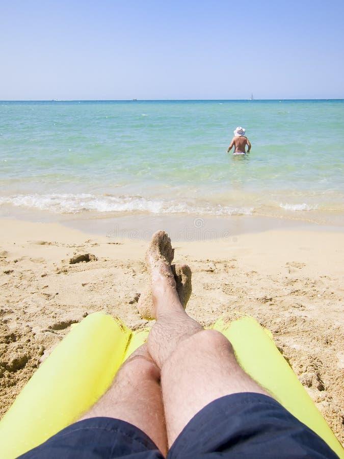 Het rusten in het strand stock fotografie
