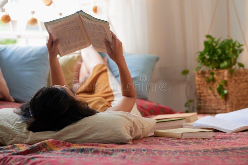 Het rusten met boek stock foto