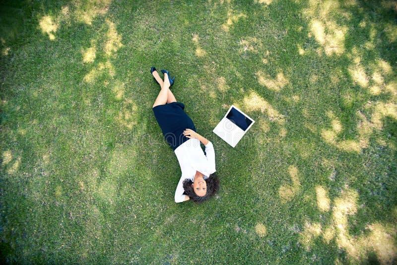 Het rusten op gras royalty-vrije stock fotografie