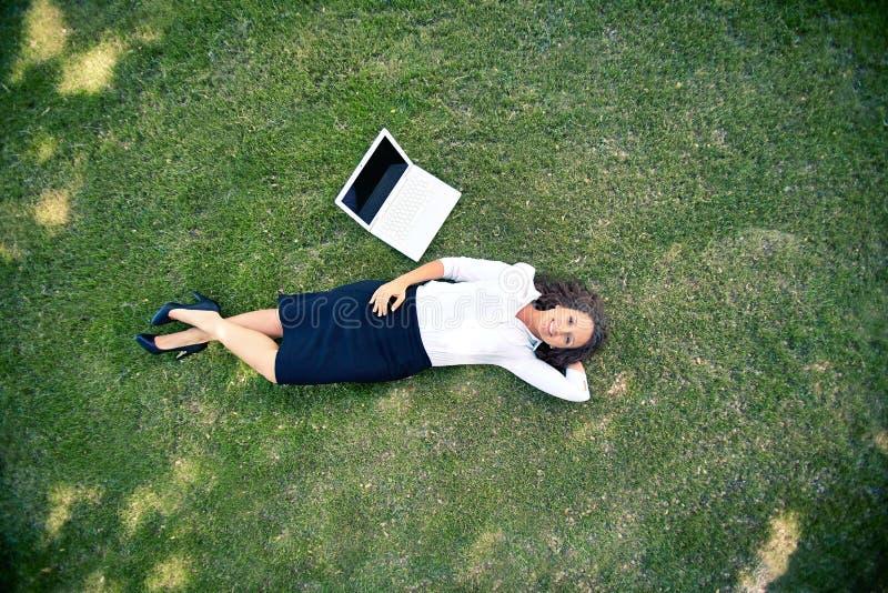 Het rusten op gras stock foto's
