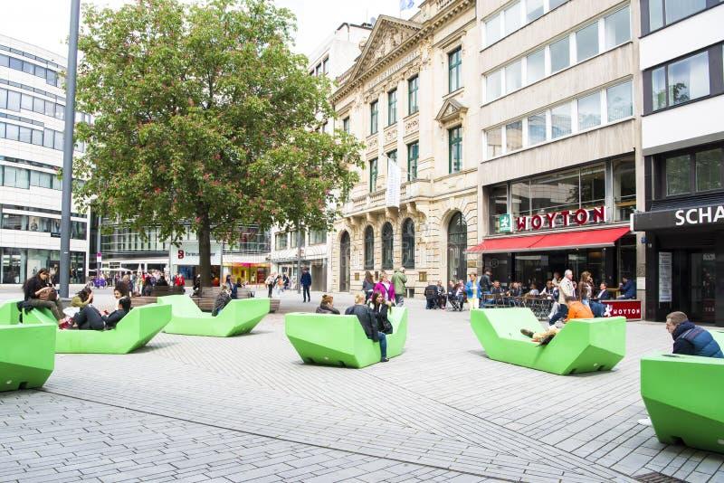 Het rusten op groene banken Dusseldorf stock foto's