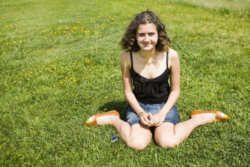 Het rusten op het gras royalty-vrije stock afbeeldingen