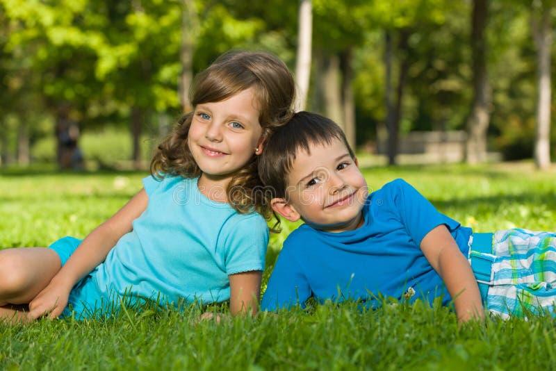Het rusten op het groene gras stock fotografie