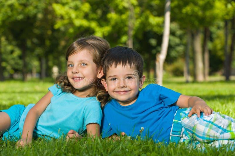 Het rusten op het groene gras in de zomer royalty-vrije stock foto's