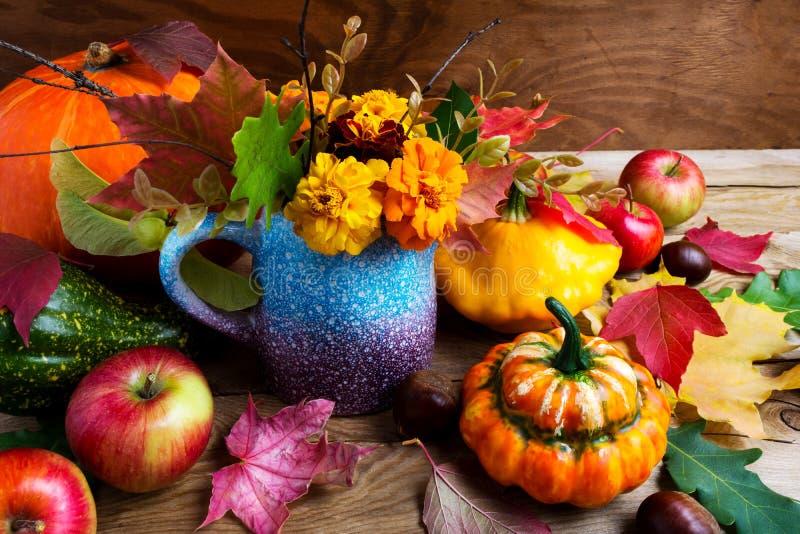 Het rustieke belangrijkste voorwerp van de dalingslijst met pompoenen en bladeren, dicht u royalty-vrije stock foto's