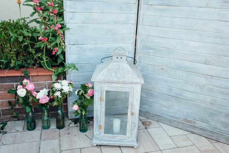 Het rustieke en uitstekende idee van de huwelijksachtergrond maakte van het oude georiënteerde hout van de bundelraad stock fotografie