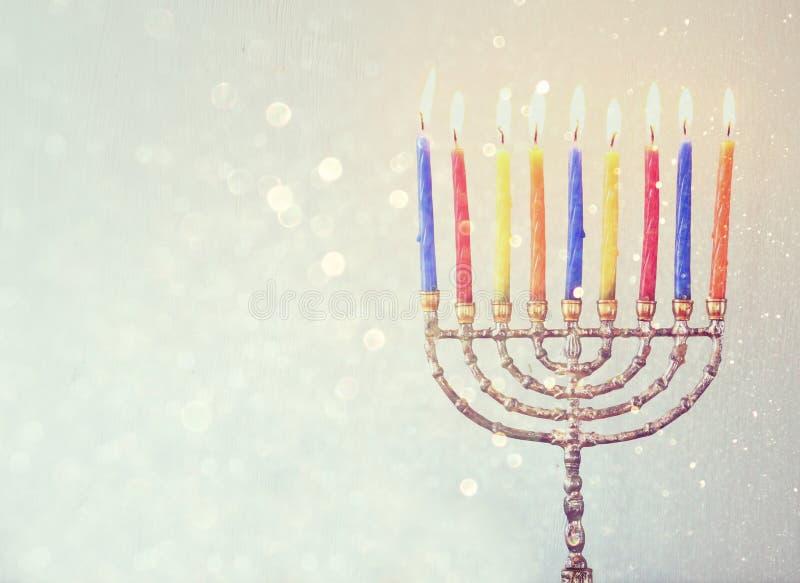 Het rustige beeld van de Joodse achtergrond van de vakantiechanoeka met menorah Brandende kaarsen schittert over achtergrond stock foto's