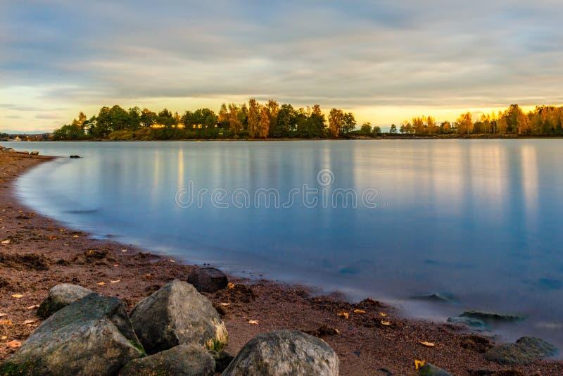 Het rustige eiland van het zonsondergangstrand royalty-vrije stock foto