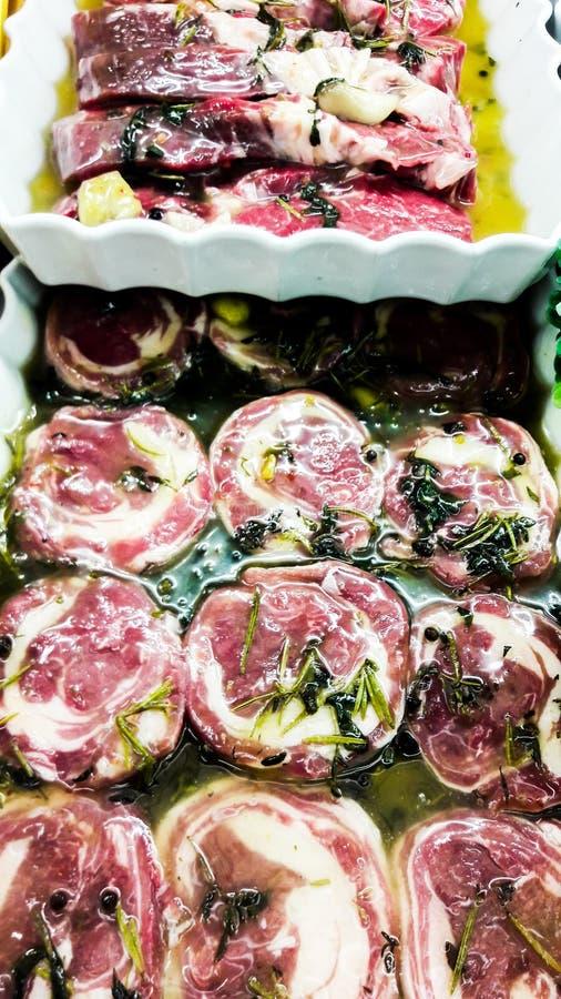 Het ruwe Broodje van het Lamsvlees met greens en olijfolie bij slager royalty-vrije stock foto's