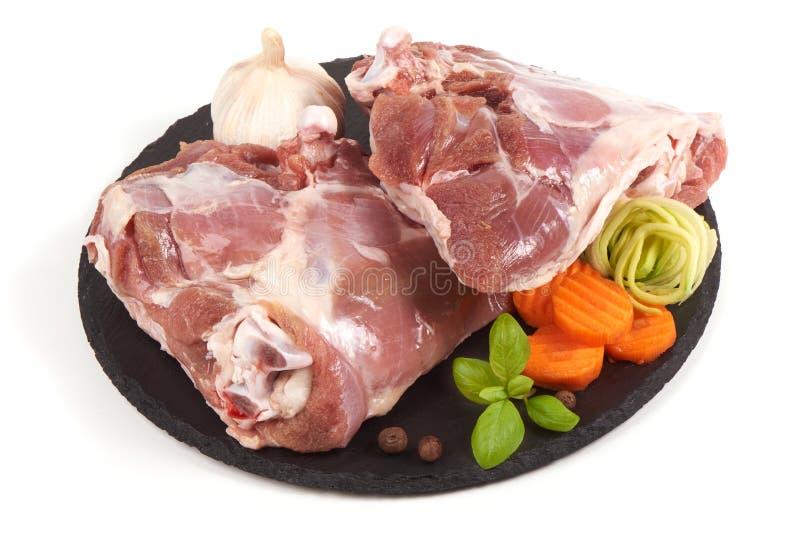 Het ruwe die vlees van Turkije op steenplaat, op witte achtergrond wordt ge?soleerd royalty-vrije stock foto