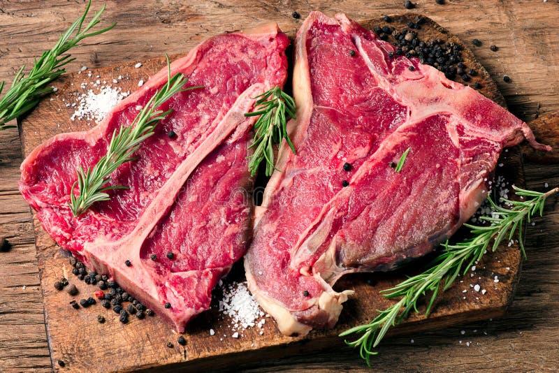 Het het ruwe lapje vlees en kruiden van de vers vleesrib op houten achtergrond royalty-vrije stock foto's