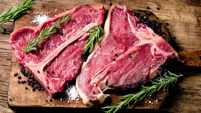 Het het ruwe lapje vlees en kruiden van de vers vleesrib op houten achtergrond stock foto's