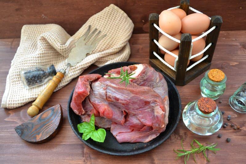 Het ruwe lapje vlees van het vleesrundvlees met eieren en olijfolie stock foto's