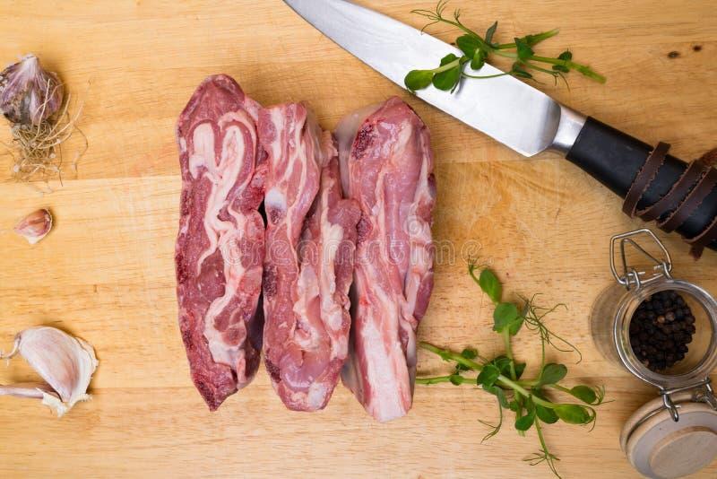 Het ruwe verse Lamsvlees woodden achtergrond stock foto's
