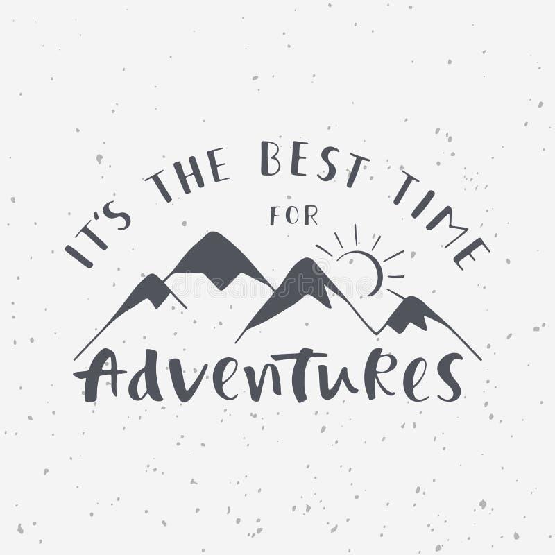 Het ` s de beste tijd voor avonturen Met de hand geschreven het van letters voorzien uitdrukking met bergensilhouet royalty-vrije illustratie