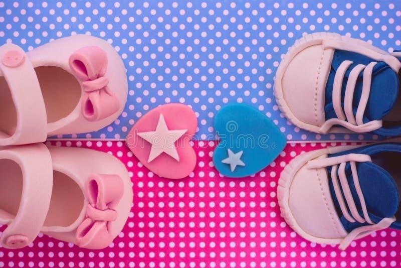 Het ` s een jongen en een meisje De uitnodiging van de de babydouche van tweelingen stock foto