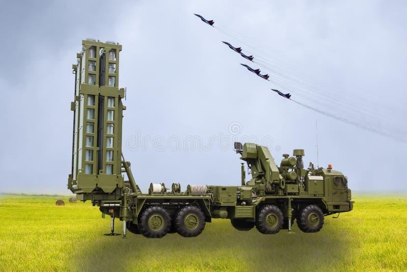 Het S-300-raketsysteem tegen de achtergrond van Russische militaire vliegtuigen royalty-vrije stock foto