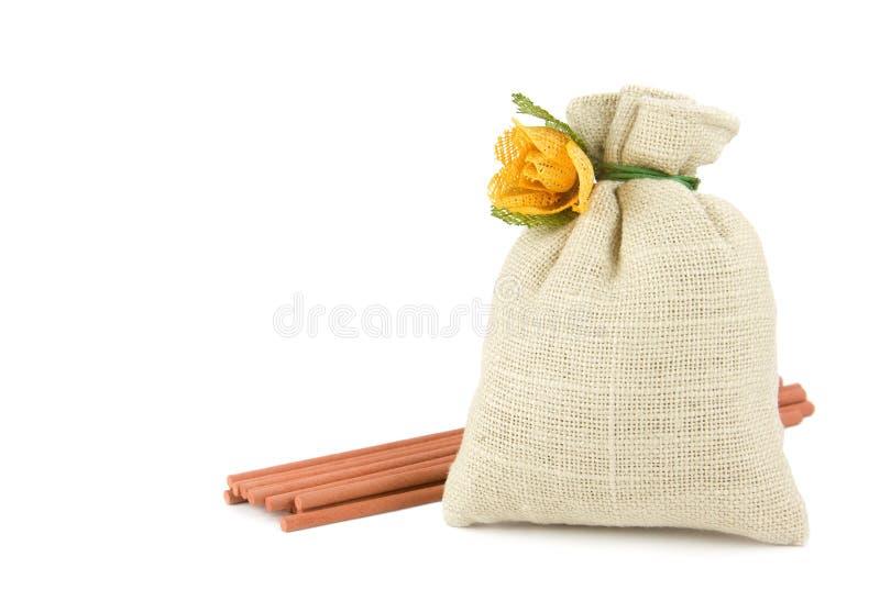 Het sachet van het welriekend mengsel van gedroogde bloemen en kruiden met aromastokken royalty-vrije stock afbeeldingen