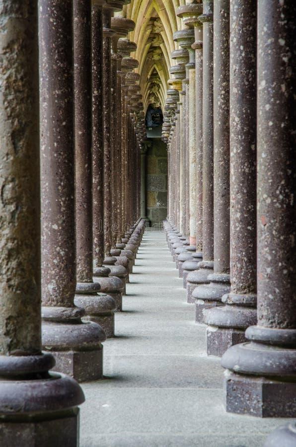 HET SAINT MICHEL 2018 AUGUSTUS VAN FRANKRIJK LE MONT: mening van colums in klooster van de kerk op de bovenkant van heuvel van le stock foto