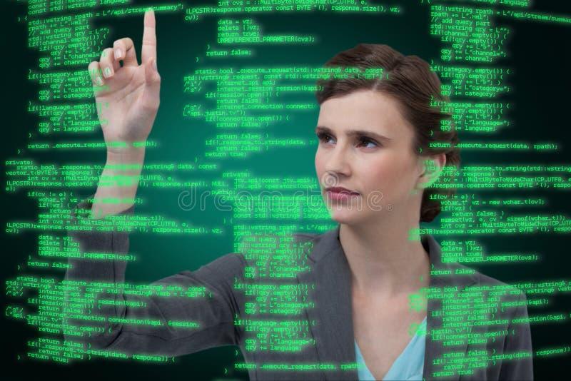 Het samengestelde beeld van onderneemster met wapens hief terwijl het gebruiken van het digitale scherm op royalty-vrije stock afbeelding