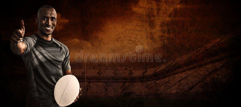 Het samengestelde beeld van portret van het zekere rugbyspeler glimlachen en het tonen beduimelt omhoog stock afbeeldingen