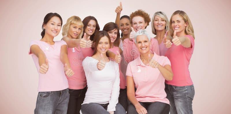 Het samengestelde beeld van portret van vrouwelijke vrienden die thums ondertekent omhoog voor de voorlichting van borstkanker to royalty-vrije stock foto's