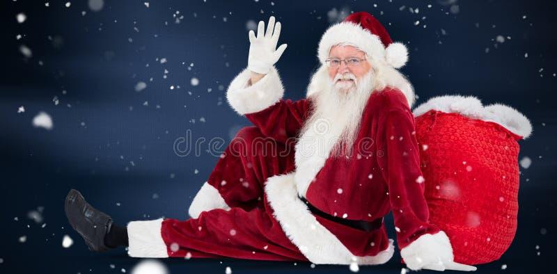 Het samengestelde beeld van santa zit geleund op zijn zak en golven royalty-vrije stock fotografie