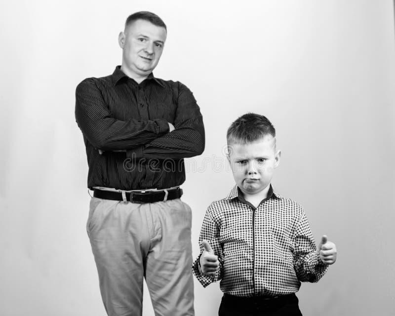 Het samenwerken Familiedag Kinderjaren vertrouwen en waarden Dit is dossier van EPS10-formaat vader en zoon in pak Mannelijke man stock foto