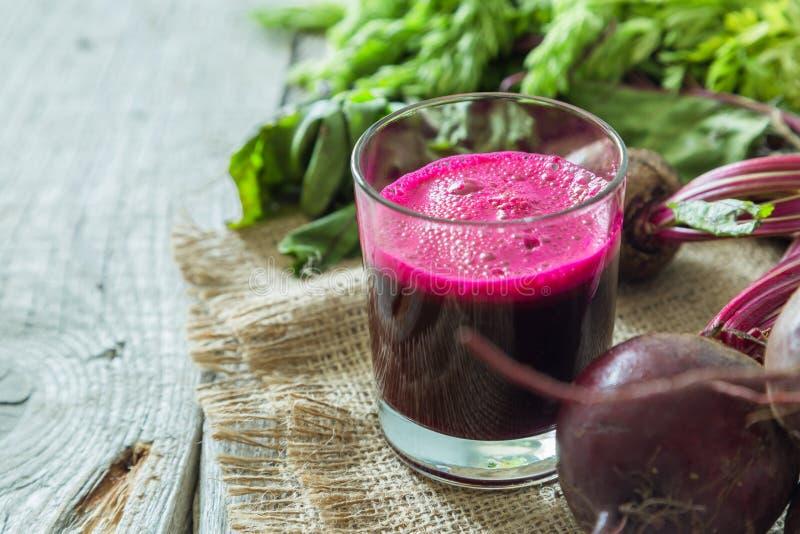 Het sap van de bietenwortel in glas stock foto