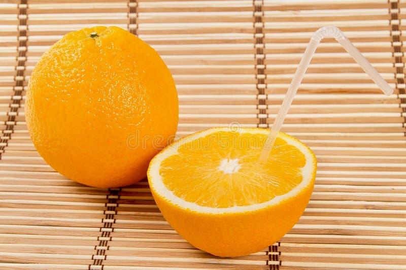 Het sappige oranje fruit en zijn segmenten drinken sap royalty-vrije stock afbeelding