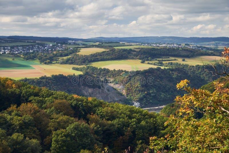 Het satellietbeeld aan heuvels en de landbouwgebieden van de staat van Rijnland-Pfalz met rivier Rijn van toeristenroute op Hesse stock foto