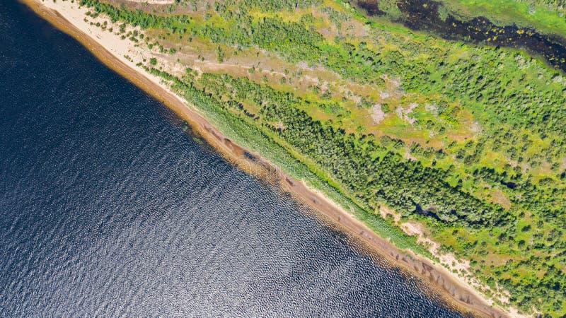 Het satellietbeeld van de hommel van landschapsvolga rivier stroomt onder de heuvels en de gebieden De middenband van Rusland stock fotografie