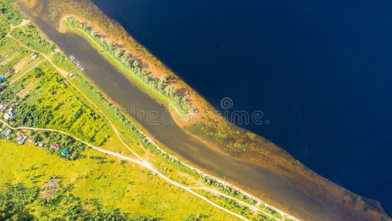 Het satellietbeeld van de hommel van landschapsvolga rivier stroomt onder de heuvels en de gebieden De middenband van Rusland stock afbeeldingen