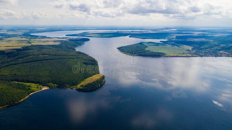 Het satellietbeeld van de hommel van landschapsvolga rivier stroomt onder de heuvels en de gebieden De middenband van Rusland royalty-vrije stock afbeeldingen