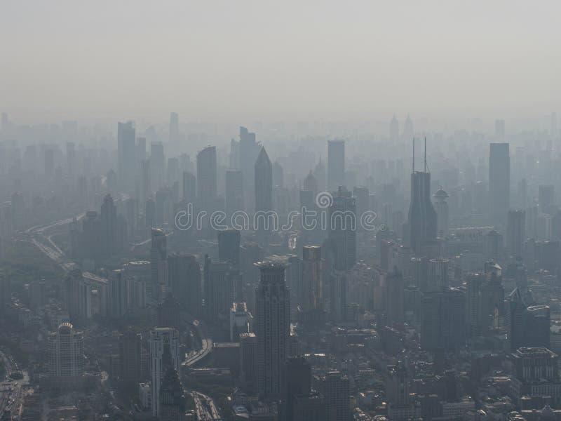 Het satellietbeeld van de stad van Shanghai in mist, luchtvervuiling is een ernstig milieuprobleem in China stock afbeeldingen