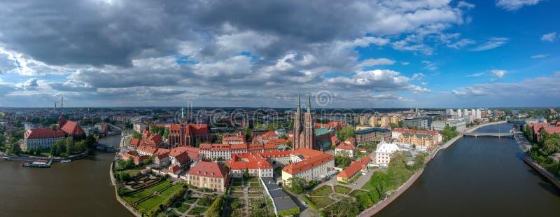 Het satellietbeeld van Wroclaw: Ostrow Tumski, Kathedraal van St John de Doopsgezinde en Collegiale Kerk van het Heilige Kruis en stock afbeelding