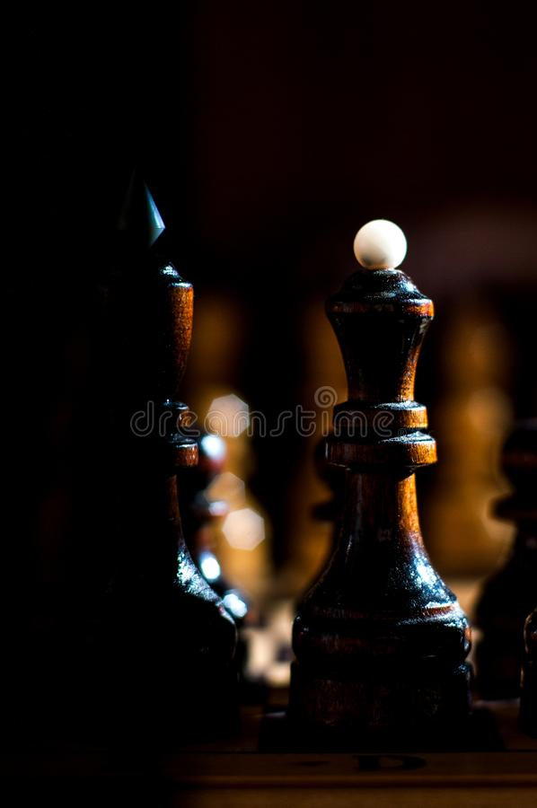 Het schaak is een spel van de logicaraad met speciale stukken die op een 64 celraad voor twee tegenstanders, elementen van kunst, royalty-vrije stock afbeelding