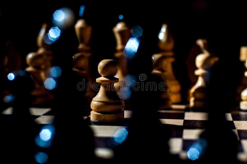 Het schaak is een spel van de logicaraad met speciale stukken die op een 64 celraad voor twee tegenstanders, elementen van kunst, stock afbeelding