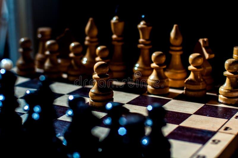 Het schaak is een spel van de logicaraad met speciale stukken die op een 64 celraad voor twee tegenstanders, elementen van kunst, royalty-vrije stock foto's
