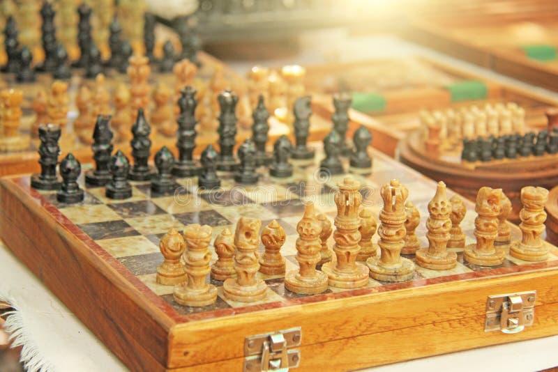 Het schaak en het backgammon worden verkocht in de bazaarmarkt in India Herinneringsgift India Anjuna, GOA royalty-vrije stock afbeeldingen