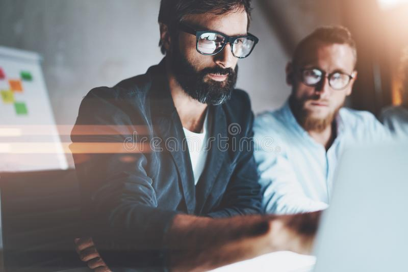 Het schaak stelt bischoppen voor De managers die van het projectteam gesprek maken bij vergaderzaal op kantoor horizontaal Vage a royalty-vrije stock afbeeldingen