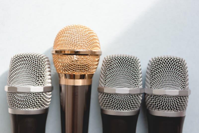 Het schaak stelt bischoppen voor groep microfoons met gouden  vrijheid concept omhoog te spreken stock foto's