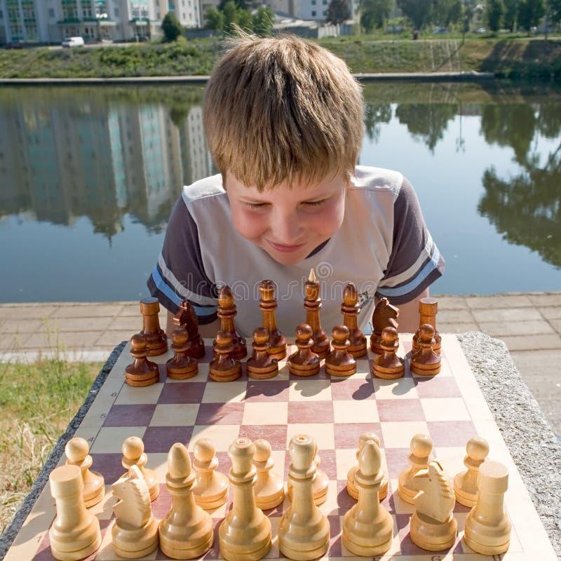 Het schaak van de jongen stock fotografie