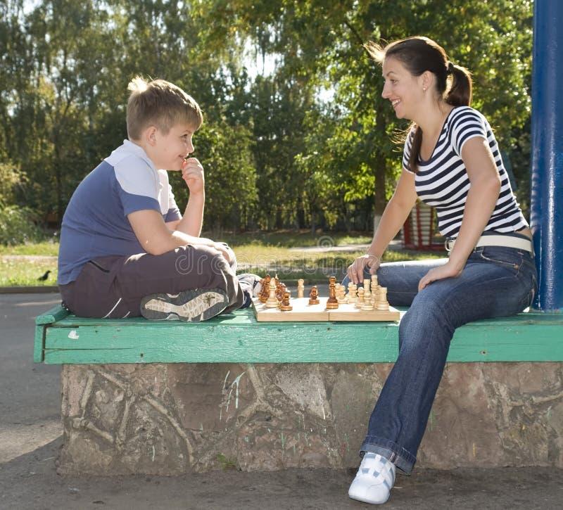 Het schaak van Mum en van de zoon stock foto