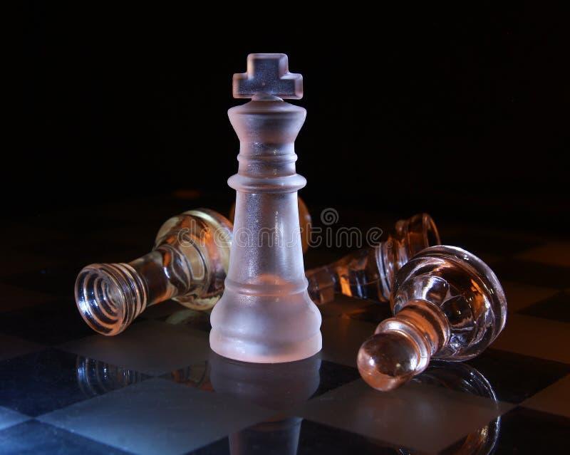 Het schaakkoning van het glas op zwarte stock afbeeldingen